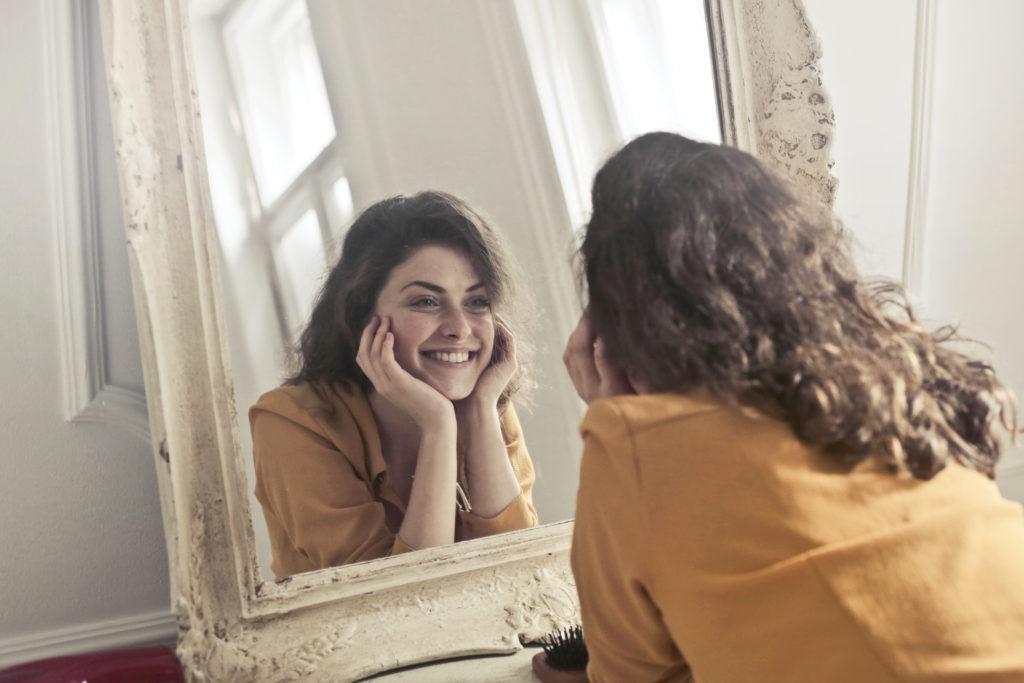 Rüyada Evde Aynada Karanlıkta Kendine Çok Bakmak