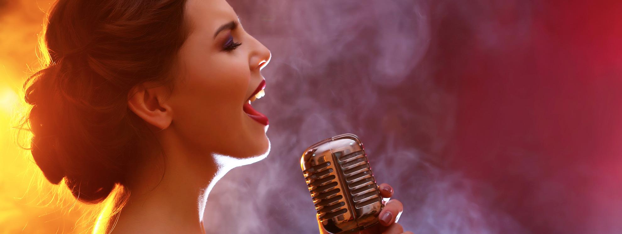 Rüyada Sahnede Şarkı Söyleyen Birini Görmek