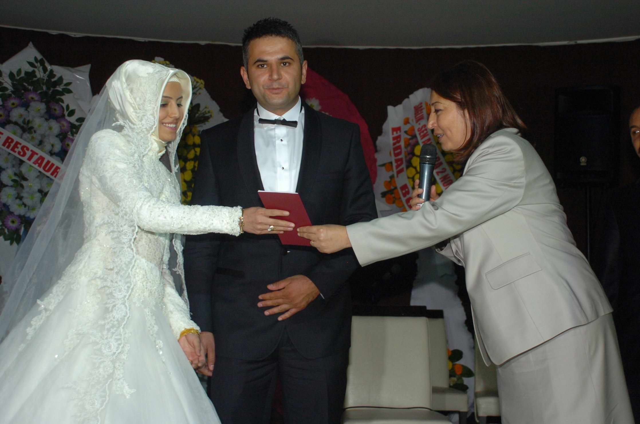 Rüyada Kırmızı Evlilik Cüzdanı Görmek