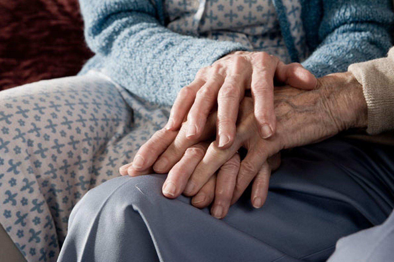 Rüyada Yaşlı Kadınların Elini Öpmek ve Ağlamak