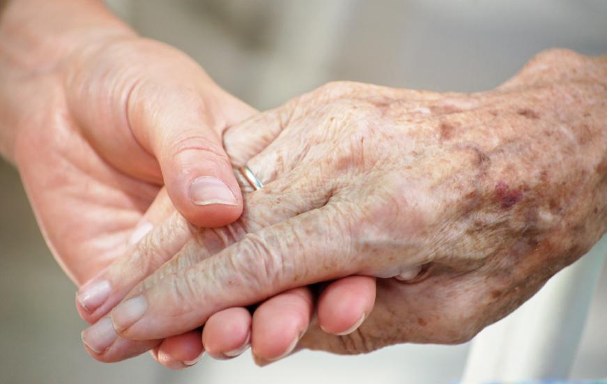 Rüyada Yabancı Yaşlı Kadınların Elini Öpmek