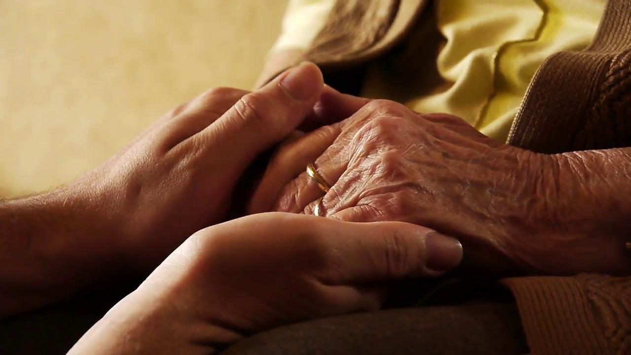 Rüyada Yaşlı Kadınların Elini Öpmek