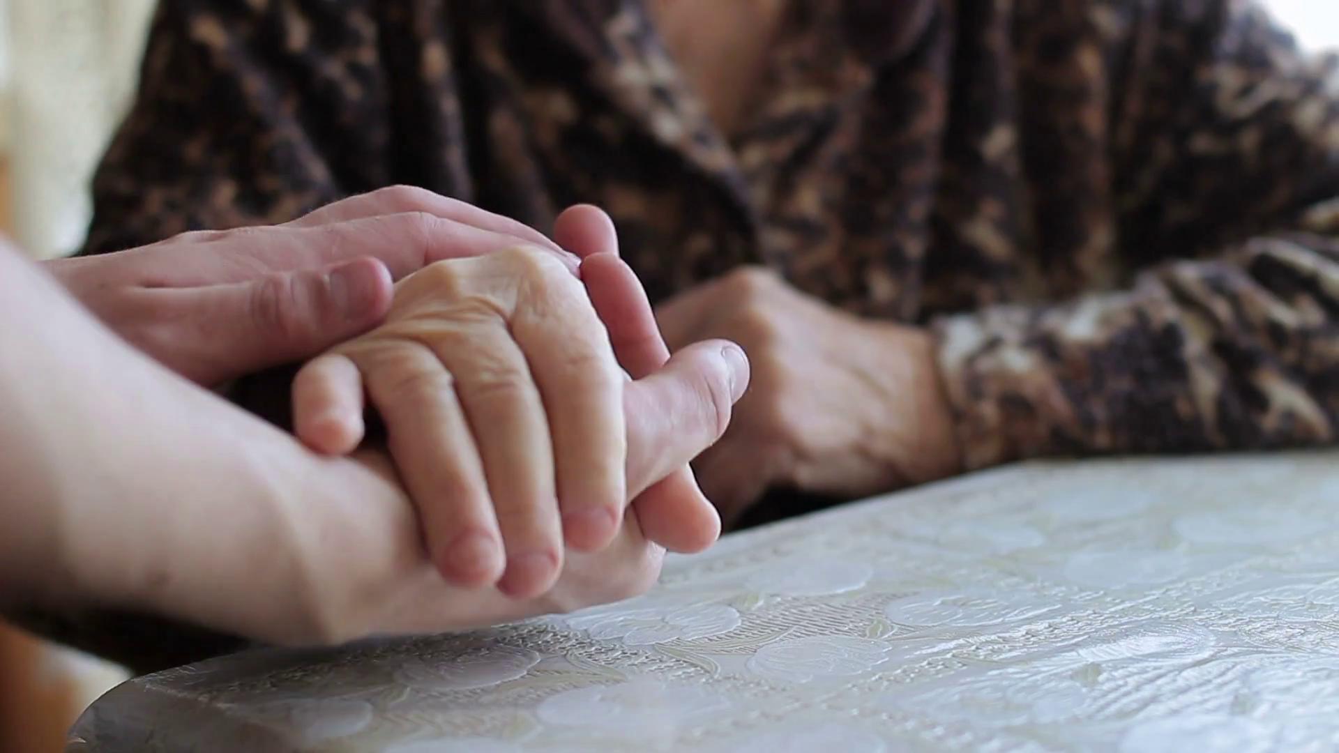 Rüyada Çok Yaşlı Olan Kadınların Ojeli Elini Evde Öpmek