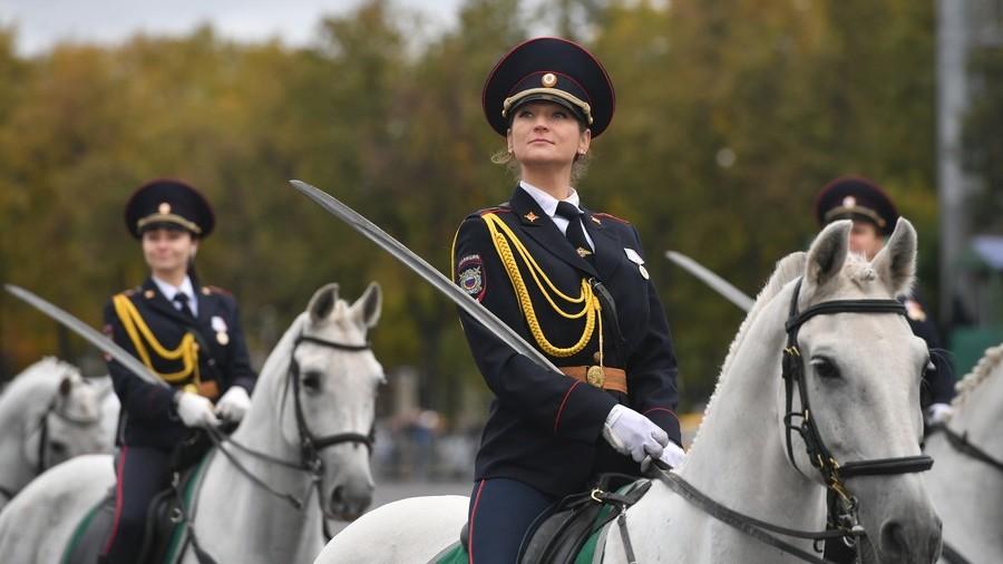 Rüyada Güzel Kadın Bir Polis Yolda Görmek