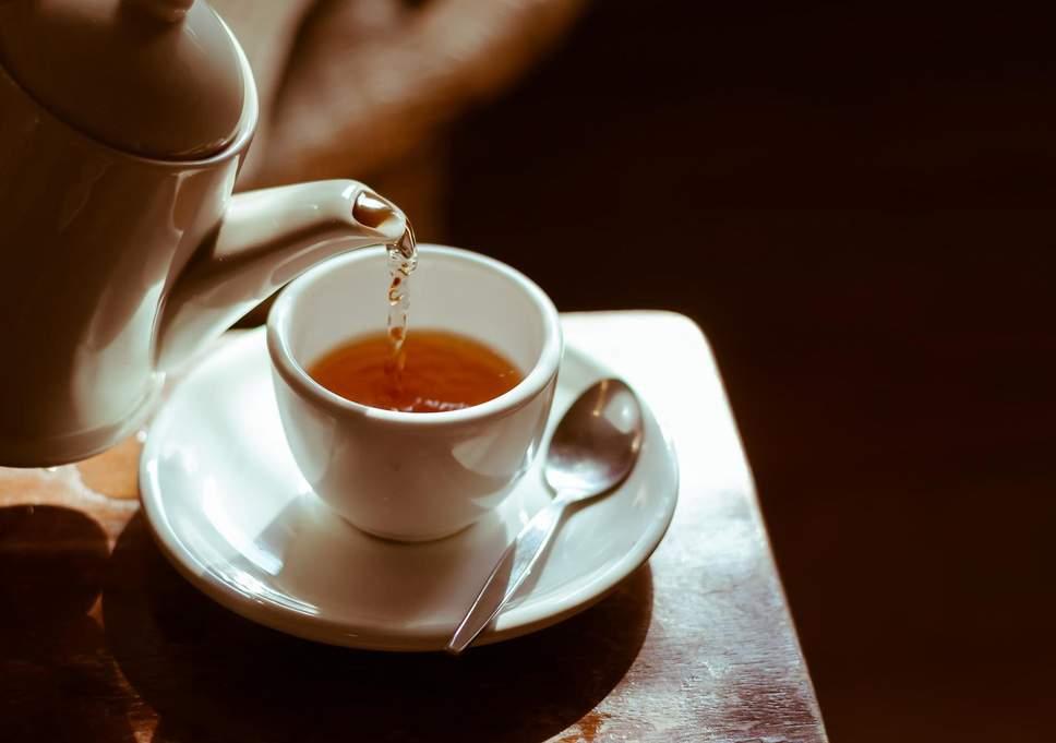 Rüyada Yabancı Misafire Sıcak Çay Fincanda İkram Severek Etmek