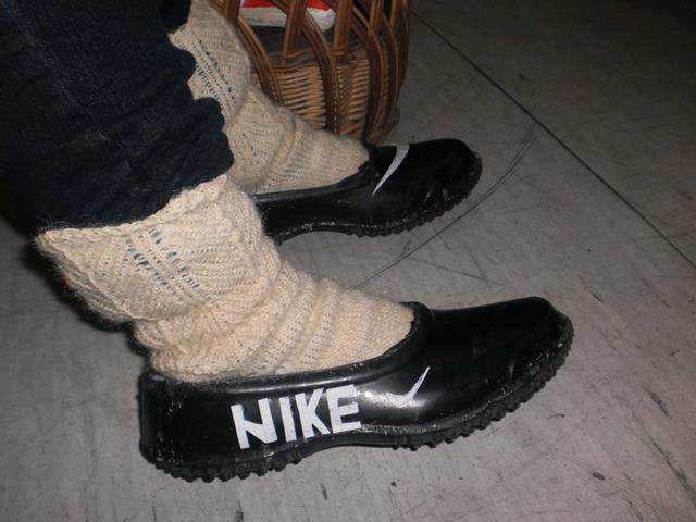 Rüyada Lastik Ayakkabı Görmek ve Giymek