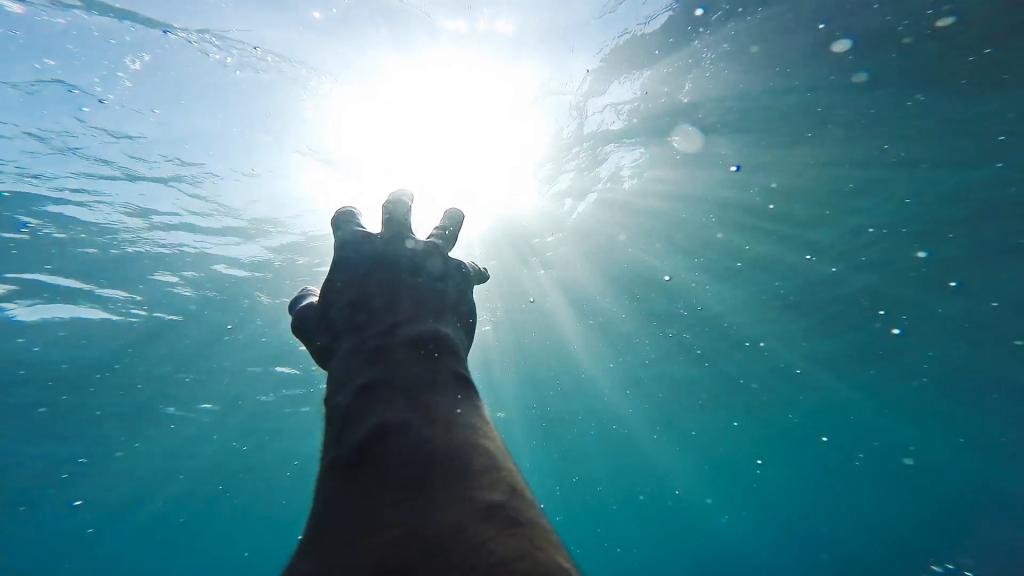 Rüyada Denizde Boğulmaktan Kurtulmak ve Sevinmek