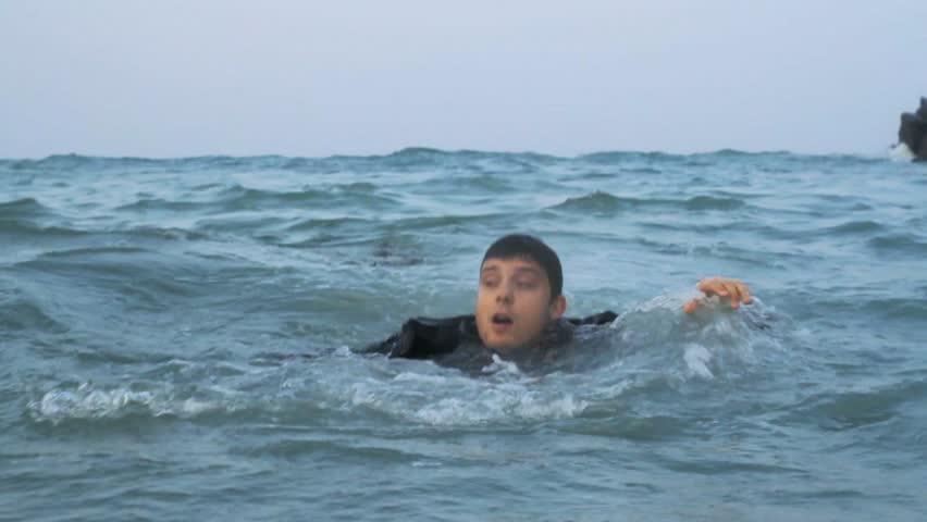 Rüyada Dalgalı Denizde Boğulmaktan Kurtulmak