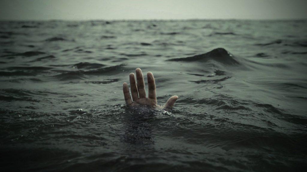 Rüyada Açık Denizde Düşüp Boğulmaktan Zor Kurtulmak
